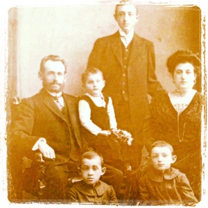 Morris's father Zuffa, his mother Ita-Molie, known as Betty, and his siblings. Taken just before the family emigrated to the United States, where Morris was born.
